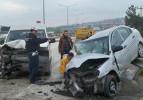 Kontrolden çıkan otomobil minibüse çarptı