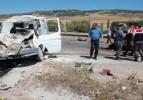 Otomobil minibüse çarptı: 2 ölü