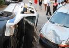 Polis aracı park halindeki aracın üstüne uçtu