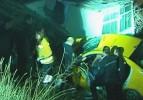 Taksi gecekondunun bahçesine uçtu: 5 yaralı