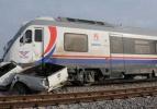 Tren kamyonete çarptı: 2 ölü
