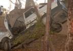 Yoldan çıkan araç ağaçta asılı kaldı
