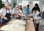 Yüzlerce kişinin sofralarına sıcak yemek giriyor