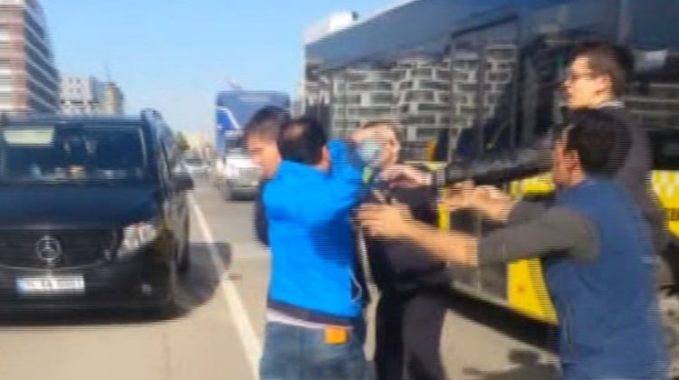 iett şöförü tartıştığı sürücüyle otobüsten inip yolda kavga etti ile ilgili görsel sonucu